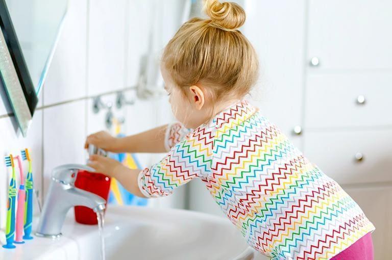 dziecko myjące ręce