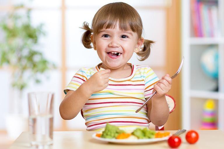 dziecko jedzące posiłek